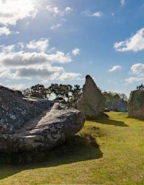 Les menhirs des alignements de Kermario à Carnac