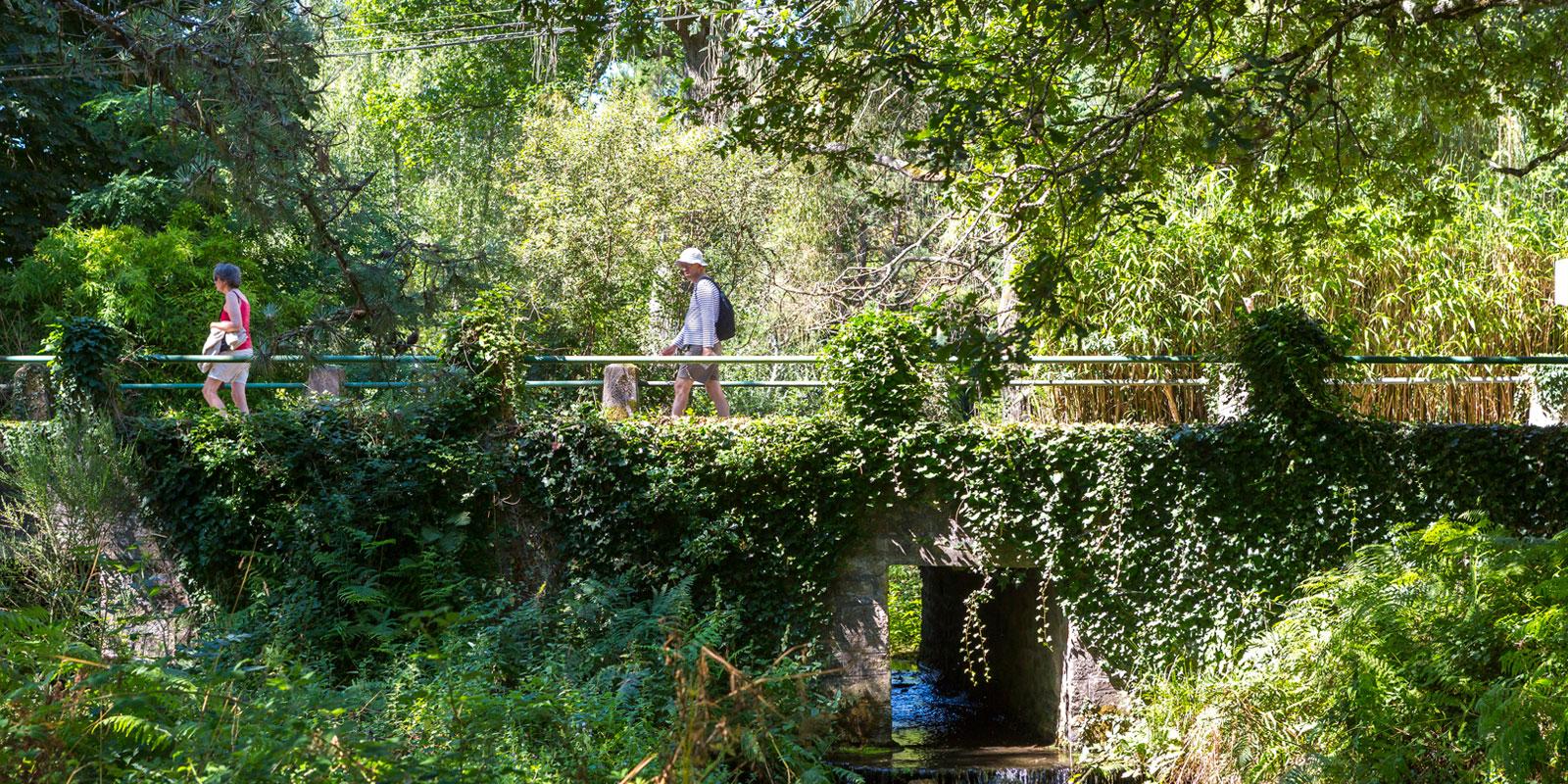Couple sur le circuit du Tro Vraz à Carnac, ruisseau le Gouyanzeur
